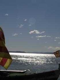 La llacuna principal entre les banderes de dues barques.